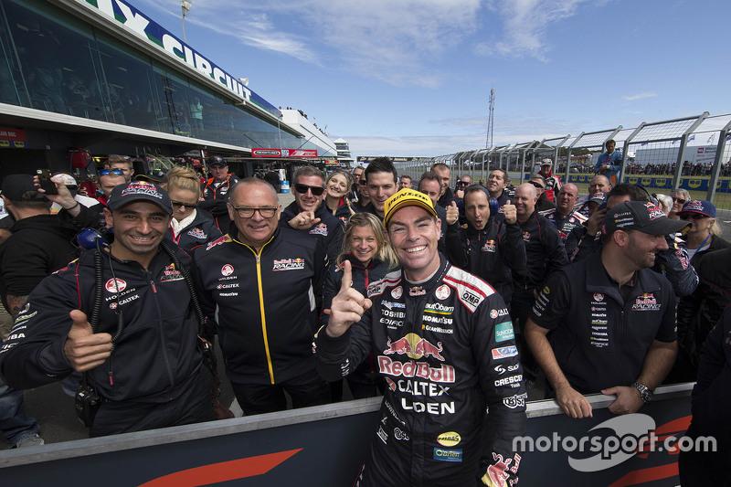 Переможець Крейг Лоундс, Triple Eight Race Engineering Holden святкує з своєю командою в закритому п
