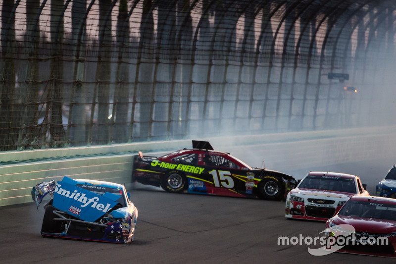 Unfall: Aric Almirola, Richard Petty Motorsports Ford; Clint Bowyer, Michael Waltrip Racing Toyota