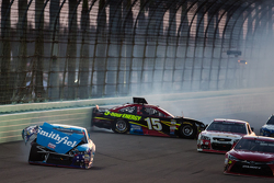 Aric Almirola, Richard Petty Motorsports Ford et Clint Bowyer, Michael Waltrip Racing Toyota se crashent