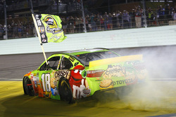 Victory-Lane: Champion NASCAR Sprint-Cup 2015, Kyle Busch, Joe Gibbs Racing Toyota