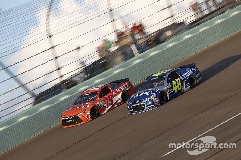 Carl Edwards, Joe Gibbs Racing Toyota; Jimmie Johnson, Hendrick Motorsports Chevrolet