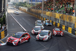 Pepe Oriola, SEAT Leon, Team Craft-Bamboo LUKOIL; Gianni Morbidelli, Honda Civic TCR, West Coast Racing