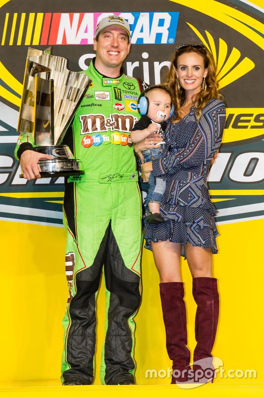 Victory lane: racewinnaar en 2015 NASCAR Sprint Cup series kampioen Kyle Busch, Joe Gibbs Racing Toyota viert feest met zijn vrouw Samantha