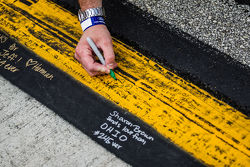 фанати write messages to Джефф Гордон, Hendrick Motorsports Chevrolet in his pit area