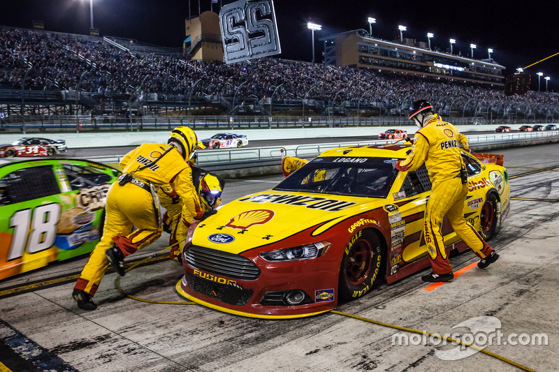 Pit stop for Joey Logano, Team Penske Ford