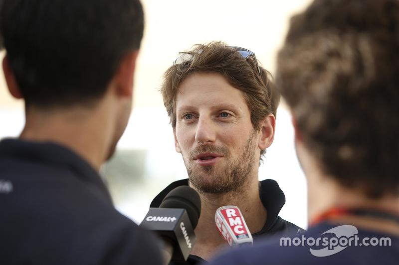 Romain Grosjean, Lotus F1 Team, mit der Presse