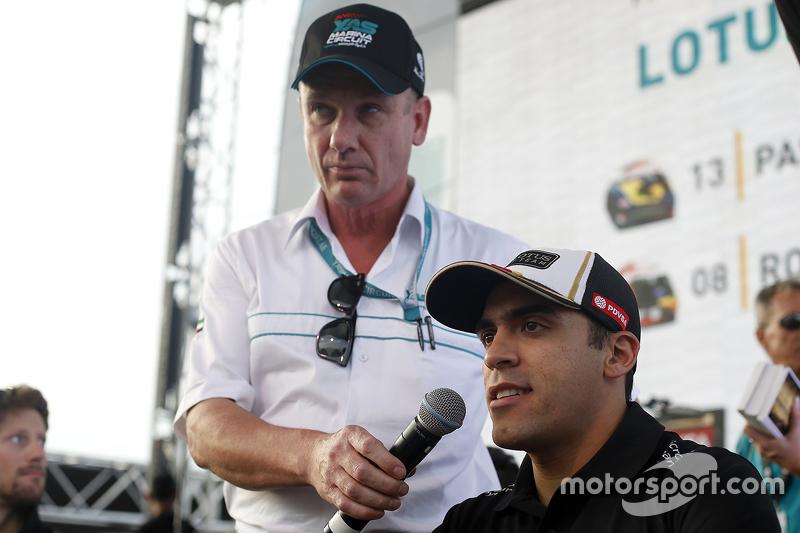 Pastor Maldonado, Lotus F1 Team with fans