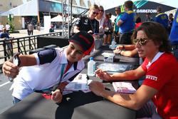 Roberto Merhi, Manor Marussia F1 Team signeert handtekeningen voor de fans