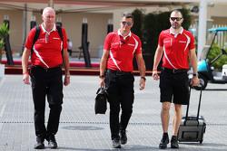 (Da sx a dx): John Booth, Team Principal Manor Marussia F1 Team con Graeme Lowdon, Amministratore delegato Manor Marussia F1 Team e Marc Hynes, Allenatore dei piloti del Team Manor Marussia F1