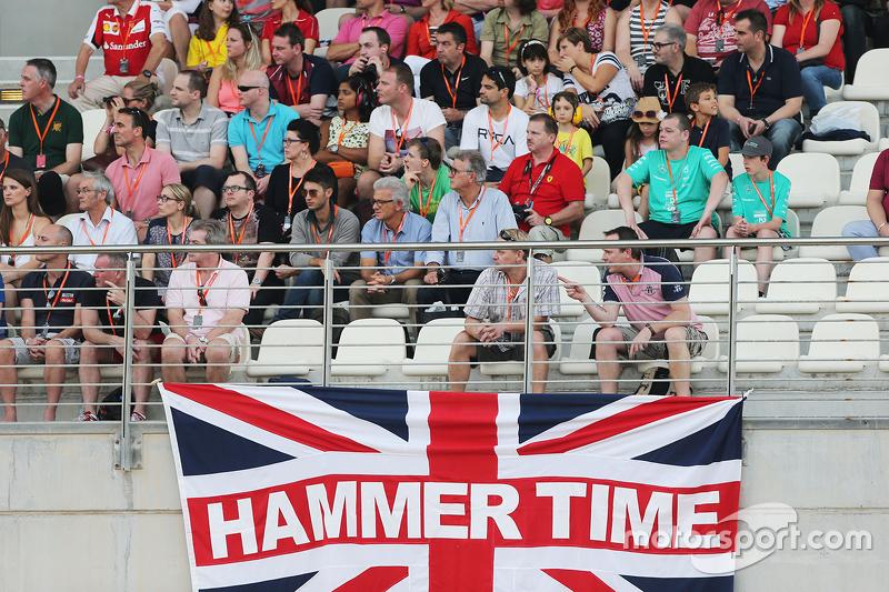 Una bandera de la Unión con el Hammer Time escrito con los fans en la tribuna