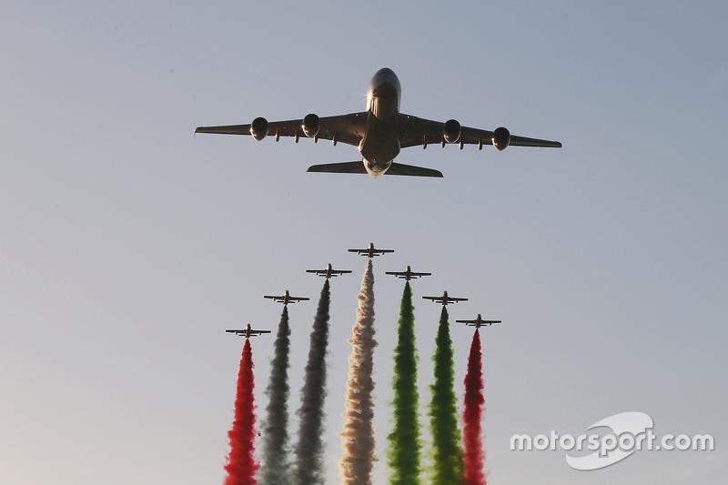 Un avión de Etihad vuela sobre la parrilla