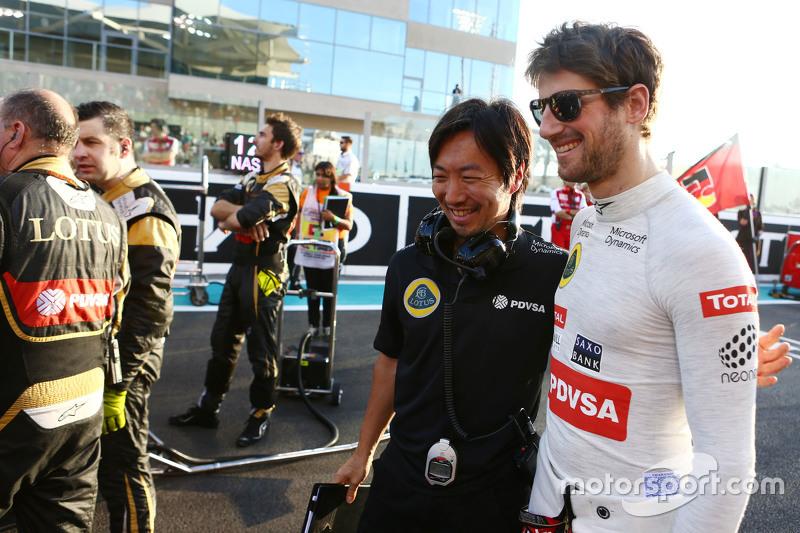 Romain Grosjean, Lotus F1 Team, mit Renningenieur Ayao Komatsu, in der Startaufstellung