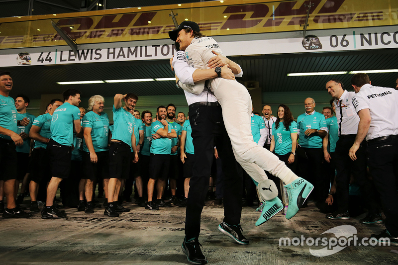 El ganador, Nico Rosberg, Mercedes AMG F1 celebra con Toto Wolff, Mercedes AMG F1