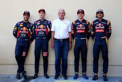 Daniel Ricciardo und Daniil Kyvat, Red Bull Racing, mit Dr. Helmut Marko und Max Verstappen sowie Ca