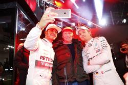 Niki Lauda con el campeón de F1 2015 Lewis Hamilton y Nico Rosberg