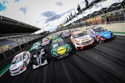 Carros que participaram do fim de semana de corridas em Interlagos enfileirados