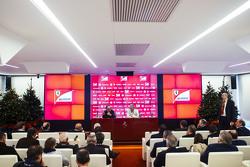 Sergio Marchionne, Ferrari-Präsident und FIAT-Boss, und Maurizio Arrivabene, Ferrari-Teamchef, mit der Presse