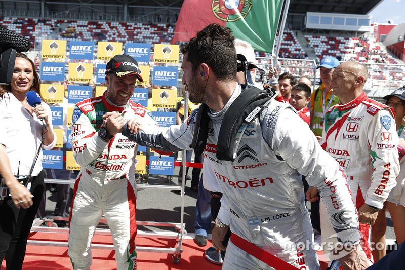 Race winner Tiago Monteiro, Honda Civic WTCC, Honda Racing Team JAS and Jose Maria Lopez, Citroën C-Elysee WTCC, Citroën World Touring Car team