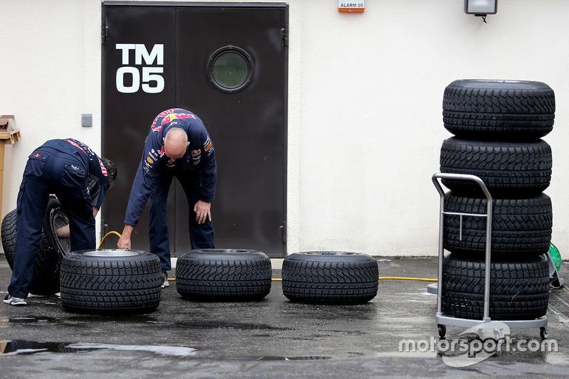 Mecânicos da Red Bull Racing trabalhando com os pneus