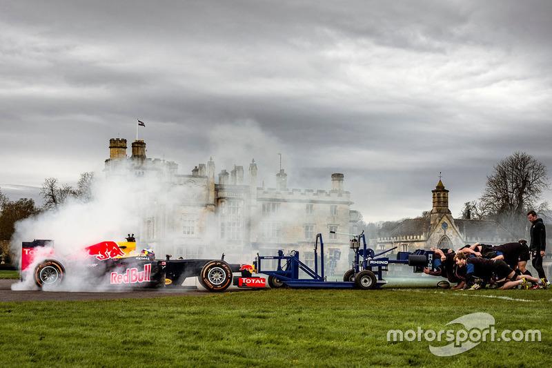 25: Даніель Ріккардо, Red Bull Racing в регбійній сутичці