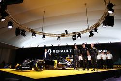 Пилоты Renault F1 - Джолион Палмер, Кевин Магнуссен и Эстебан Окон, тестовый пилот Renault F1 и Карлос Гон, президент Renault