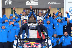 I vincitori Sébastien Ogier, Julien Ingrassia, Volkswagen Motorsport with the team