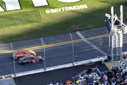 Zielflagge: Denny Hamlin, Joe Gibbs Racing Toyota and Martin Truex Jr., Furniture Row Racing Toyota