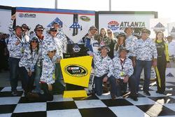 Sieger Jimmie Johnson, Hendrick Motorsports Chevrolet mit seinem Team