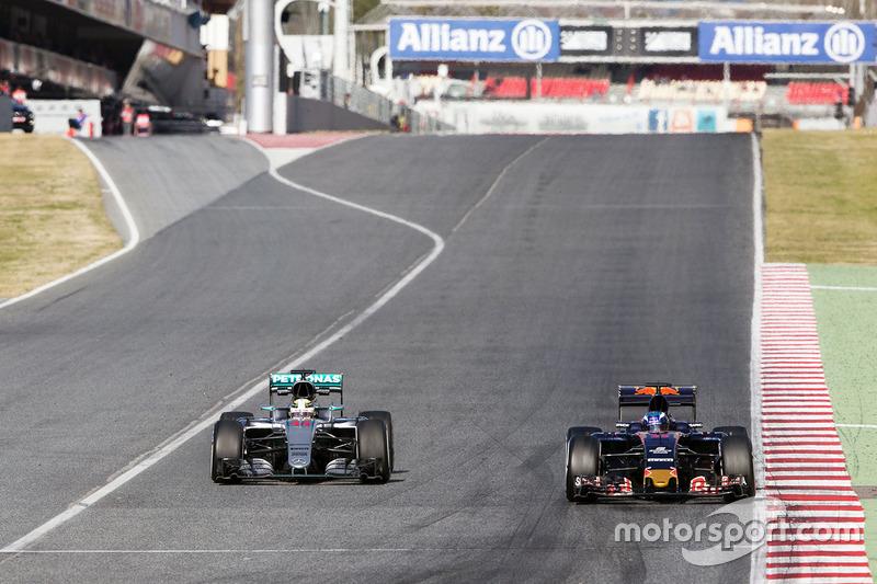 Lewis Hamilton, Mercedes AMG F1 W07 Hybrid y Max Verstappen, Scuderia Toro Rosso STR11