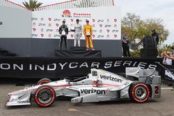 Подиум: победитель гонки - Хуан-Пабло Монтойя, Team Penske Chevrolet, второе место - Симон Пажено, Team Penske Chevrolet и третье место - Райан Хантер-Рей, Andretti Autosport Honda