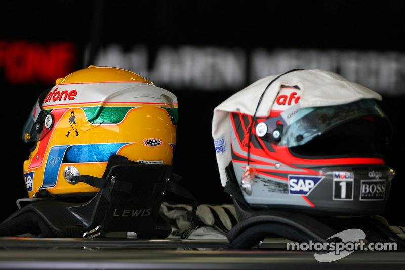 Casco de Lewis Hamilton, McLaren Mercedes y Heikki Kovalainen, McLaren Mercedes