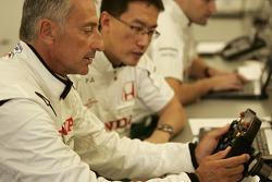 Riccardo Patrese inspecte le volant de la Honda RA107