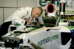Riccardo Patrese vérifie la Honda RA107