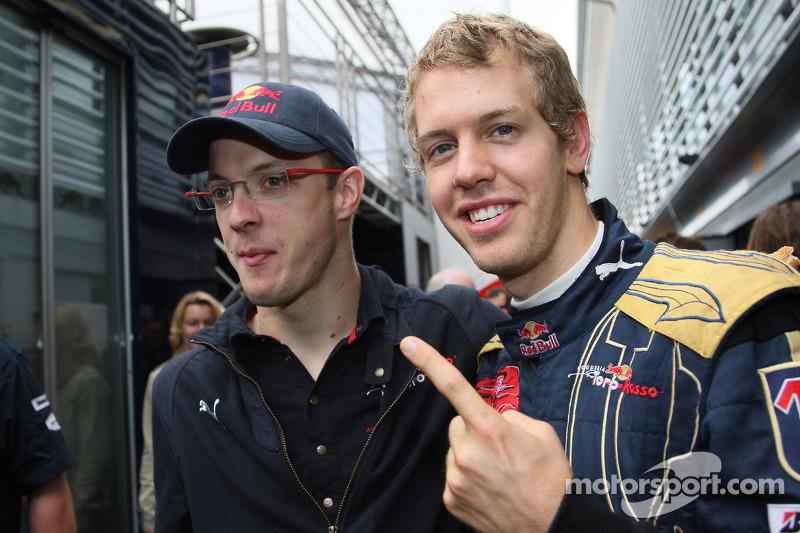 Ganador de la pole position Sebastian Vettel celebra con Sébastien Bourdais