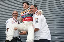 Giorgio Pantano celebra el título de la GP2 2008 con Alfonso de Orleans Borbon, jefe de Racing Engineering