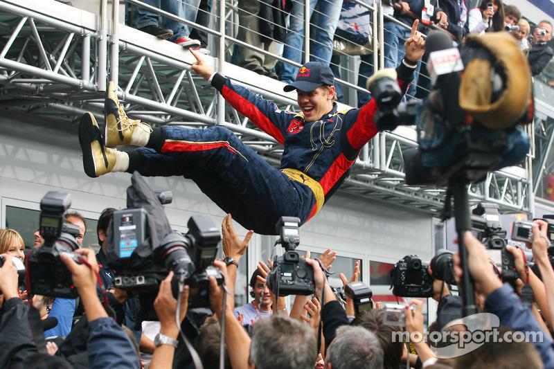Ganador de la carrera Sebastian Vettel celebra con miembros del equipo Scuderia Toro Rosso