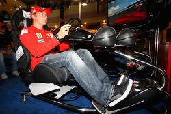 Kimi Raikkonen de Ferrari conduce un simulador de F1 en el Marina Mall