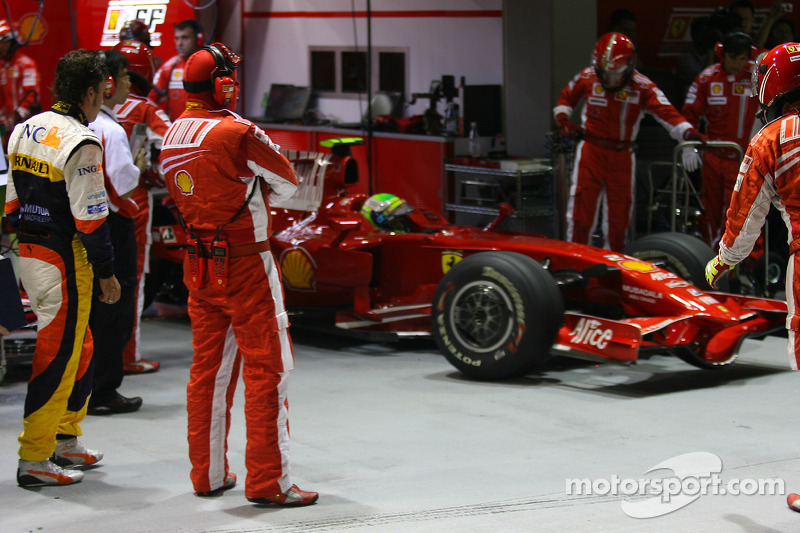 Fernando Alonso, Renault F1 Team , beobachtet Felipe Massa, Scuderia Ferrari