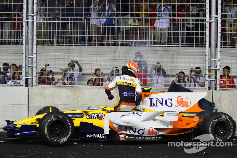 Nelson Piquet Jr. zerlegt seinen Renault ausgangs Kurve 17 und ...
