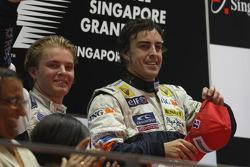 Podium: le vainqueur Fernando Alonso et le deuxième Nico Rosberg
