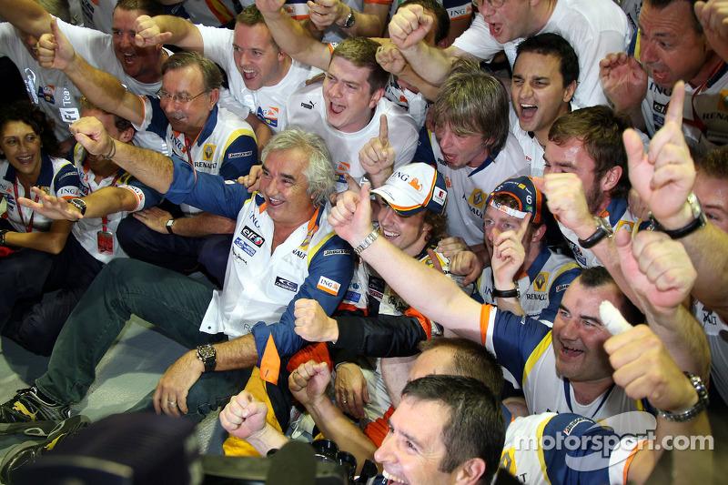 Sieger Fernando Alonso, Renault F1 Team, feiert mit Flavio Briatore und Teammitgliedern
