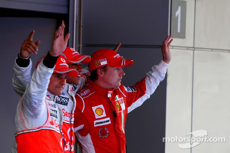 Ganador de la pole position Lewis Hamilton, segundo Kimi Raikkonen, tercero Heikki Kovalainen