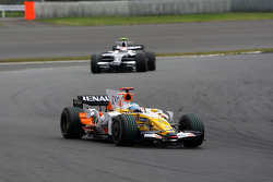 Fernando Alonso, Renault F1 Team, R28 leads Kazuki Nakajima, Williams F1 Team, FW30