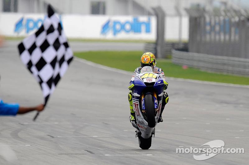Valentino Rossi se lleva la bandera a cuadros