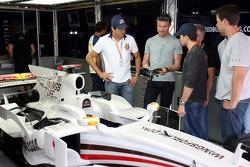 Stock otomobil pilotu Carlos Bueno, David Coulthard ve Stock otomobil pilotu Daniel SerrRed Bull Racing garajı