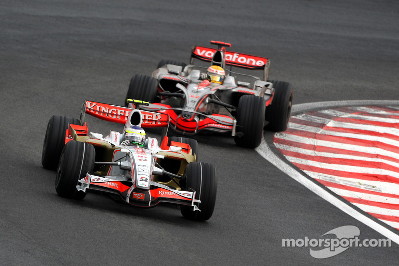 Giancarlo Fisichella, Force India F1 Team, VJM-01 leads Lewis Hamilton, McLaren Mercedes, MP4-23