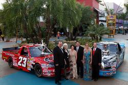 Bill et Gail Davis, Debbie Benson et son mari, le champion NASCAR Craftsman Truck Series Johnny Benson, Tanya Hall et le capitaine de l'équipe n°23 Trip Bruce célèbrent leur titre NASCAR Craftsman Truck Series 2008