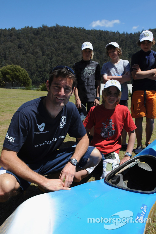 Launceston, Australia: Mark Webber poses with children from Devonport High School