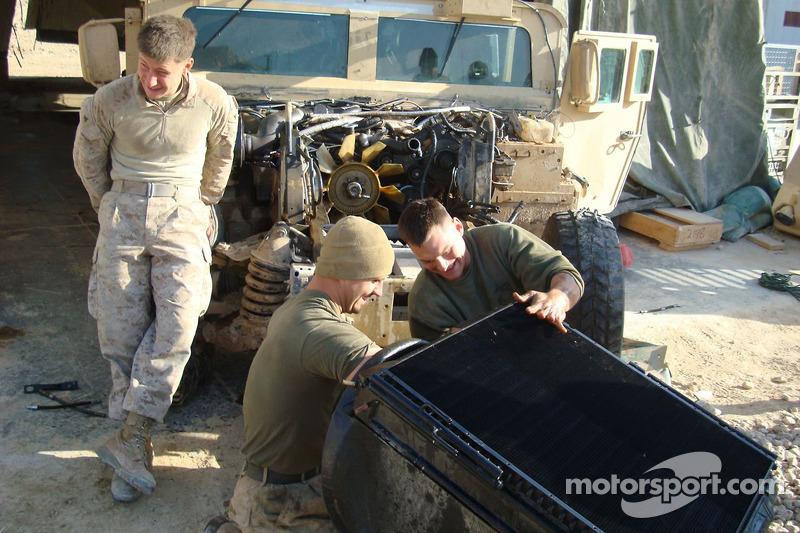 Arie Luyendyk Jr. rend visite aux troupes américaines en Irak