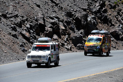 Le véhicule de service #946 de la Team FleetBoard Mercedes: Ellen Lohr et Antonia De Roissard et le véhicule de service de la Team FleetBoard dans les  Andes